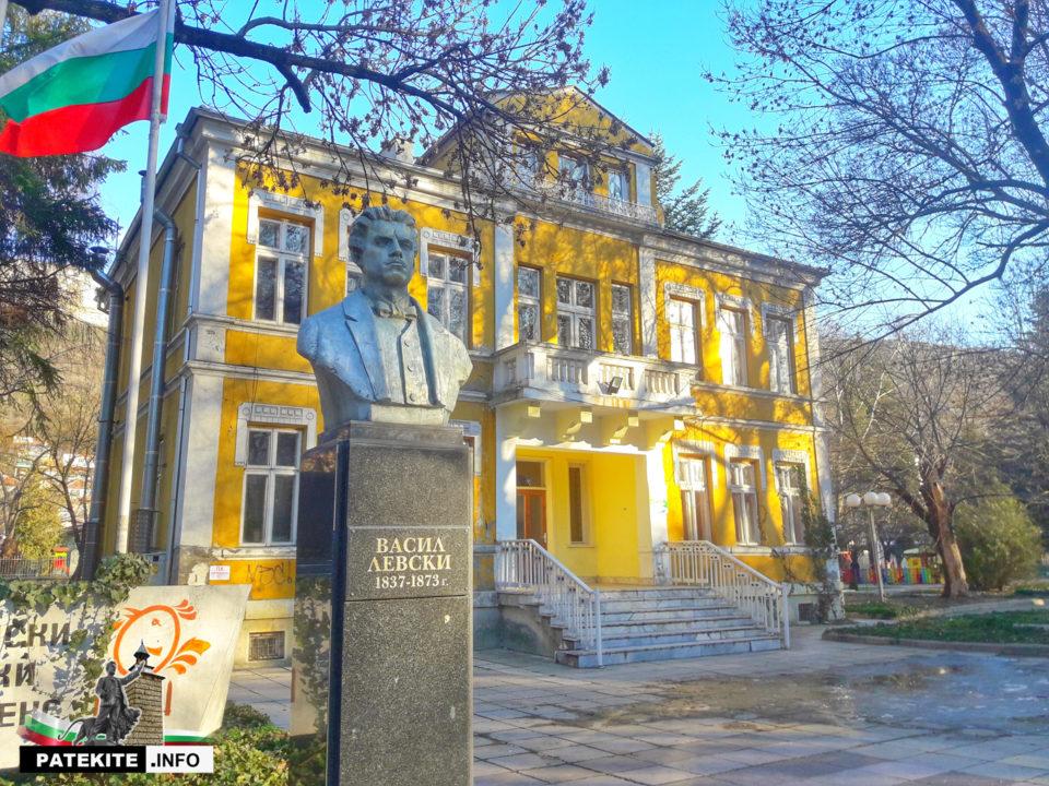 Паметник на Васил Левски в Провадия