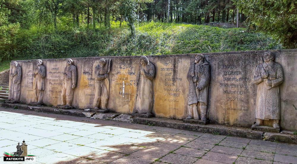 Паметник на възрожденците в Елена