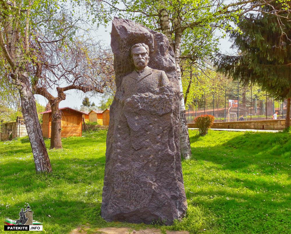 Паметник на Стоян Михайловски в Елена