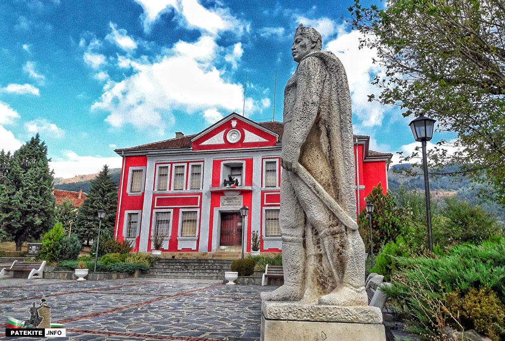 Паметник на Никола Караджов в Клисура