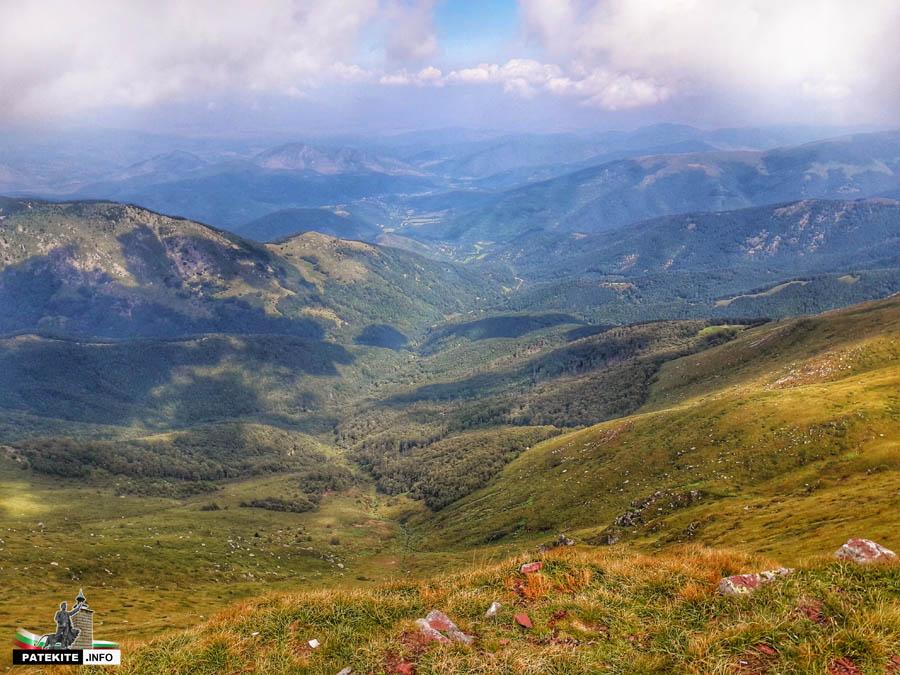 Изглед от връх Миджур към Горни Лом
