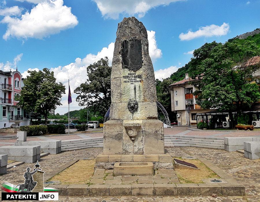 Паметник на Тодор Кирков в Ловеч