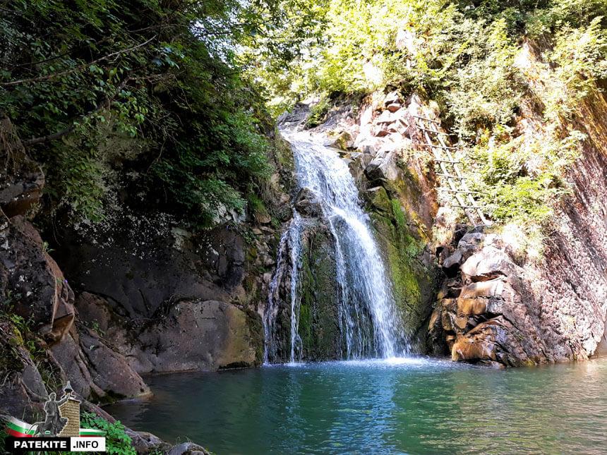 Водопад Скока и езерото под него