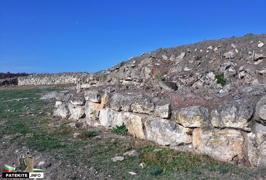 Крепостните стени на Хелис