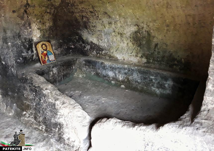 Скална гробница в местността Кирека над Калугерица