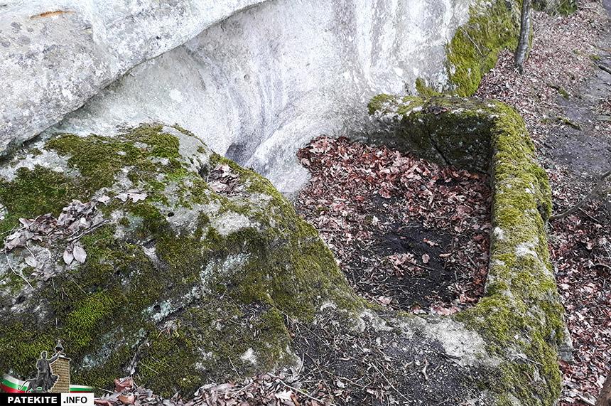 Малка скална гробница в Кирека