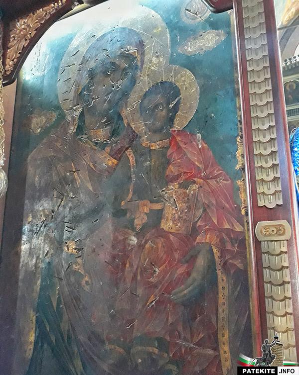 """Икона в църквата """"Св. Николай"""" - белези от ятагани"""