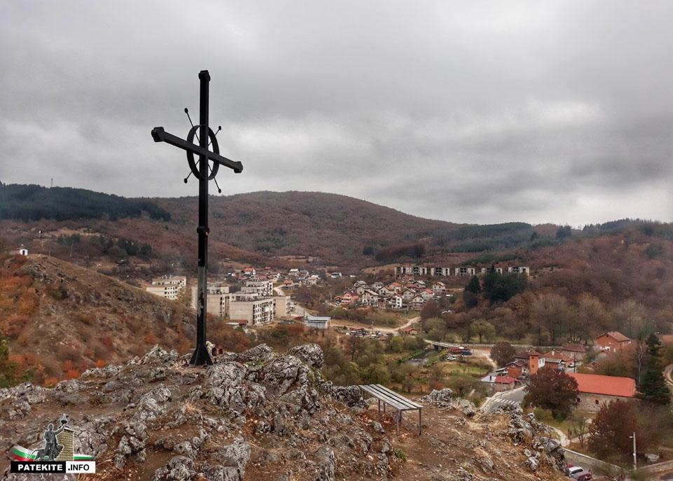 """Кръст над скален параклис """"Света Петка"""" в Трън"""