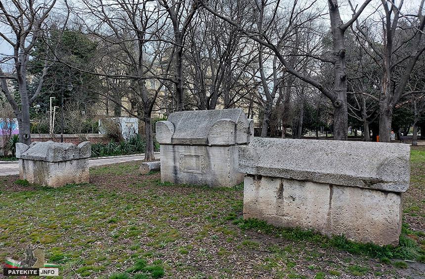 Римска саркофази пред Археологическия музей във Варна